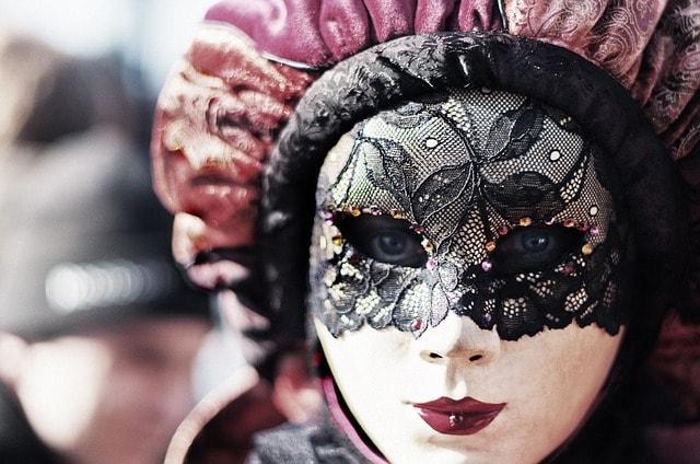 Imagen de una mujer con máscara veneciana.