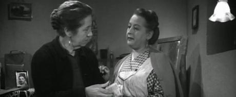 Escena donde vemos a la madre de Tonia hablando con doña Engracia, despues de que su marido le abofeteara la cara.