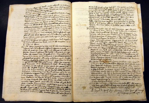 Imagen que se ve una compilación de documentos de archivos.